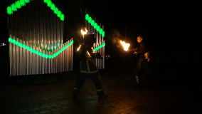 Grabben med eldkastaren flyr från stuntman arkivfilmer