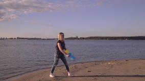 Grabben med flickan tycker om väder på havet Vattenvapen stock video