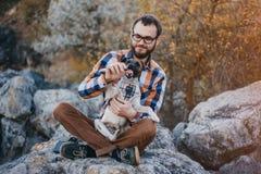 Grabben med hunden Fotografering för Bildbyråer