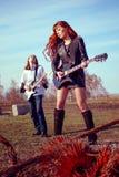 Grabben med spela för flicka vaggar på gitarrer royaltyfri bild
