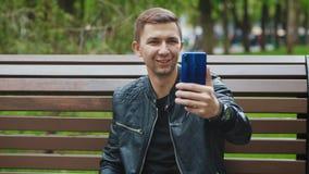 Grabben meddelar p? video pratstund via smartphonen lager videofilmer