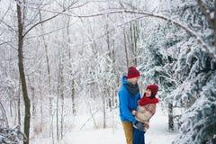 Grabben och flickan går och har gyckel i skogen Arkivbilder