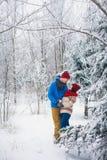 Grabben och flickan går och har gyckel i skogen Arkivfoto