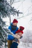 Grabben och flickan går och har gyckel i skogen Royaltyfria Bilder