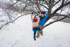 Grabben och flickan går och har gyckel i skogen Royaltyfri Foto