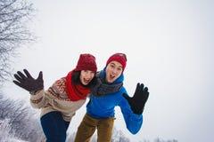 Grabben och flickan går och har gyckel i skogen Royaltyfri Fotografi