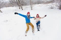 Grabben och flickan går och har gyckel i skogen Fotografering för Bildbyråer