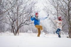 Grabben och flickan går och har gyckel i skogen Royaltyfri Bild