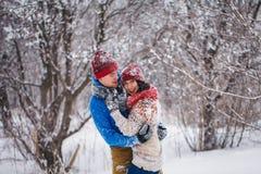 Grabben och flickan går och har gyckel i skogen Arkivfoton