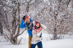 Grabben och flickan går och har gyckel i skogen Royaltyfria Foton