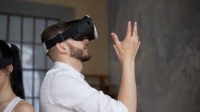 Grabben och flickan i moderna VR-exponeringsglas ser omkring lager videofilmer