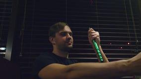 Grabben röker en vattenpipa och dricker öl i en nattklubb lager videofilmer