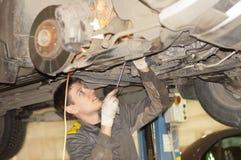 Grabben reparerar bilen på elevatorn royaltyfria foton