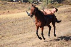 Grabben rider en häst Royaltyfria Bilder