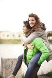 Grabben rymmer hans flickvän runt om staden Fotografering för Bildbyråer