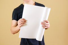 Grabben rymmer i hans händer som vrids upp i papper Öppnar packen av papper Royaltyfri Fotografi