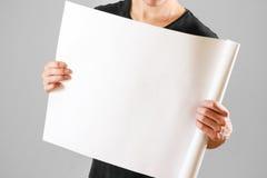 Grabben rymmer i hans händer som vrids upp i papper Öppnar packen av papper Royaltyfria Foton