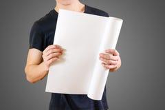 Grabben rymmer i hans händer som vrids upp i papper Öppnar packen av papper Royaltyfria Bilder