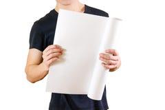 Grabben rymmer i hans händer som vrids upp i papper Öppnar packen av papper Royaltyfri Bild