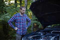 Grabben ser bilmotorn arkivfoton