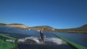 Grabben som rider surfingbrädan arkivfilmer