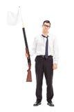 Grabben som rymmer ett gevär med den vita flaggan, fäste på den Fotografering för Bildbyråer