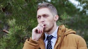 Grabben tänder en cigarett en skadlig vana, ett hot till hälsa arkivfilmer