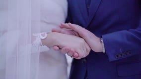 Grabben värme hans händer med hans händer av hans älskling close upp R?rande ?gonblick arkivfilmer