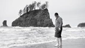 Grabben vågar för att vada i det kalla Stilla havet i April royaltyfria foton