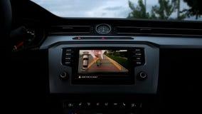 Grabben vinkar in i kameran för den bakre sikten för bilen arkivfilmer
