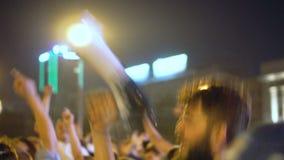 Grabbhögtalaren går in i folkmassan, hoppar och jublar med folkmassaseger av Ryssland lager videofilmer