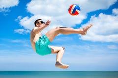Grabblek med bollen på en strand i flykten Royaltyfri Fotografi