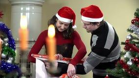 Grabbportionflicka som klipper dekorativt papper för julklappar stock video