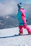 Grabbritter på en snowboard Fotografering för Bildbyråer