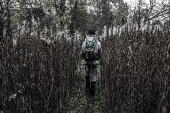 Grabbturisten går bland det högväxta gräset arkivbilder