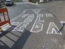 Grabe aplicado a la superficie de la carretera antes de guerra blanca de pintura del tráfico Fotografía de archivo libre de regalías