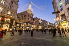 Graben街在维也纳在圣诞节季节期间的晚上 库存图片