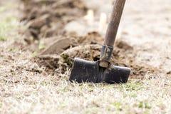 Graben in den Hausgarten stockbilder