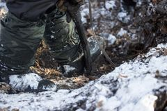 Graben der Erde im Winter Lizenzfreie Stockbilder