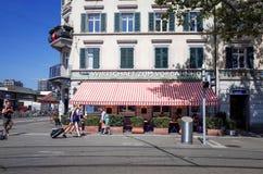 Graben för turister på fötter gata i Zurich Arkivbilder