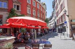 Graben för turister på fötter gata i Zurich Royaltyfria Bilder