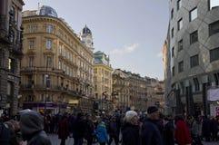 Graben gata i Wien på dagtid med folk Royaltyfria Bilder