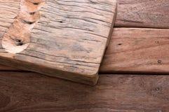 Graben Sie das Holz, um innerhalb des hölzernen Schreibtisches zu sein Bereiten Sie weitere Privatisierung vor Lizenzfreie Stockfotografie