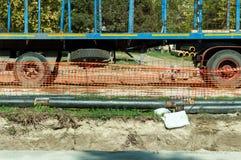 Graben und Rohre auf StraßenFernheizung leiten Rekonstruktionsstandort durch Rohre Lizenzfreies Stockfoto