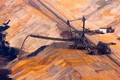 Grabende Braunkohle des Baggers in der Tagebaugrube Stockfotos