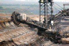 Grabende Braunkohle des Baggers in der Tagebaugrube Lizenzfreies Stockbild