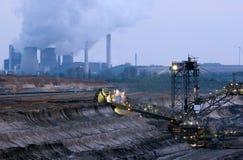 Grabende Braunkohle des Baggers in der Tagebaugrube lizenzfreie stockfotografie