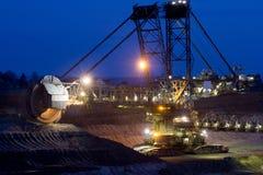 Grabende Braunkohle des Baggers in der Tagebaugrube Stockbilder