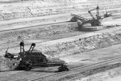 Grabende Braunkohle des Baggers in der Tagebaugrube Stockfotografie