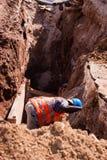 Grabender Graben des Bauarbeiters stockfoto